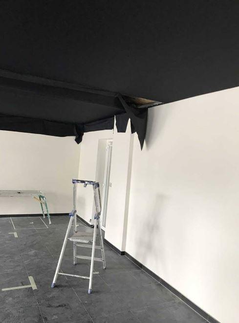 plafond-tendu-noir Relooking Garage Renault à Matignon